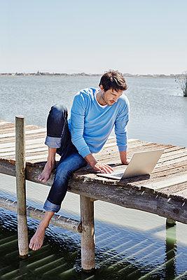 Südafrika, Westkap, Kapstadt, Bootssteg, Steg, Jetty, See, Mann mit Laptop, Internet, Arbeiten von unterwegs, Mobiles Arbeiten, Freiheit - p300m2267997 von Roger Richter