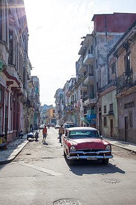 Vintage car in Havana - p304m1092298 by R. Wolf