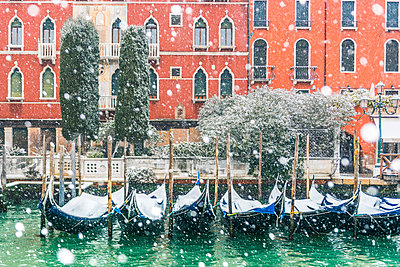 Venice, Veneto, Italy. Snowfall over moored gondolas along the Grand Canal (Canal Grande). - p651m2033991 by Marco Bottigelli