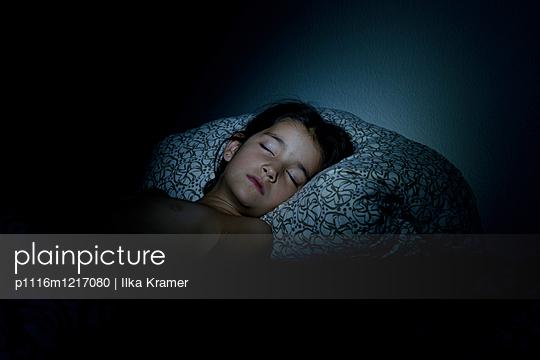 Schlafendes Mädchen - p1116m1217080 von Ilka Kramer