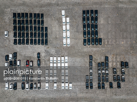 Indonesia, Bali, Aerial view of car park, black and white - p300m2081015 by Konstantin Trubavin
