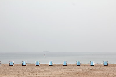 Wicker beach chairs side by side on the beach - p039m1492670 by Christine Höfelmeyer