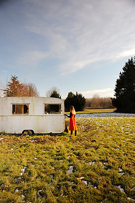 Young woman in front of an old caravan - p1105m2231713 by Virginie Plauchut
