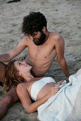 Junges Paar glücklich im Sand - p1212m1168764 von harry + lidy