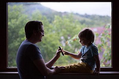 Vater und Sohn am Fenster - p1308m2057154 von felice douglas