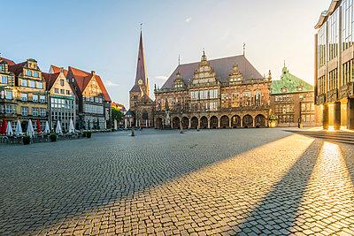 Bremen, Bremen State, Germany. Town Hall and Marktplatz at sunrise. - p651m2007348 by Marco Bottigelli