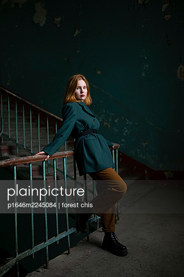 Red-haired teenage girl leaning against banister rail - p1646m2245084 by Slava Chistyakov
