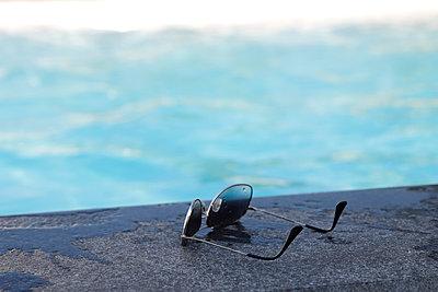 Sonnenbrille am Pool - p1105m2200651 von Virginie Plauchut