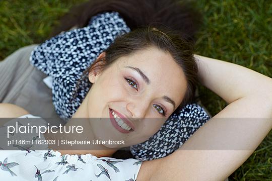 lachende junge Frau - p1146m1162903 von Stephanie Uhlenbrock