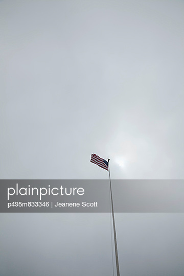 Flagge in tristem Wetter - p495m833346 von Jeanene Scott