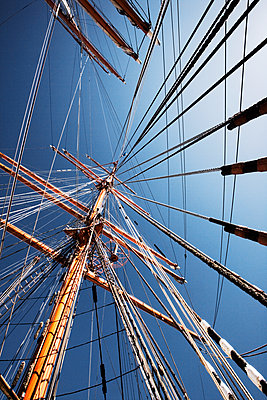 Looking up the at the masts  - p1084m1036837 by GUSK