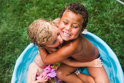Beste Freunde im Pool - p1361m1477171 von Suzanne Gipson