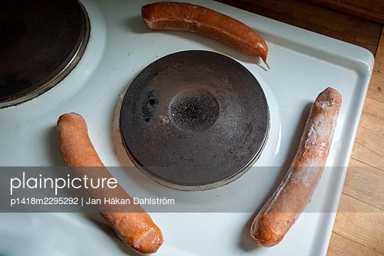 Frozen sausages on cooker - p1418m2295292 by Jan Håkan Dahlström
