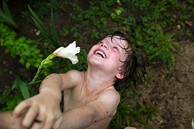 Junge spielt im Garten - p1308m2211592 von felice douglas