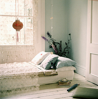 Room with temporary bed - p349m695140 by Emma Lee