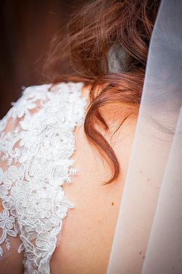 Haarsträhne und Hochzeitskleid - p680m1119843 von Stella Mai