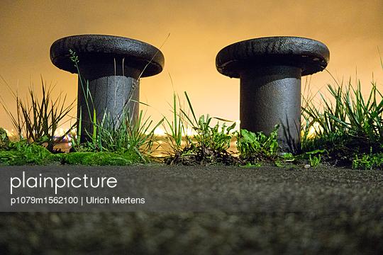 Grasbüschel mit Hafenpoller bei Nacht - p1079m1562100 von Ulrich Mertens