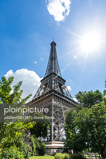 Sunbeams on Eiffel Tower, Paris, Ile de France, France - p555m1521387 by Steve Smith