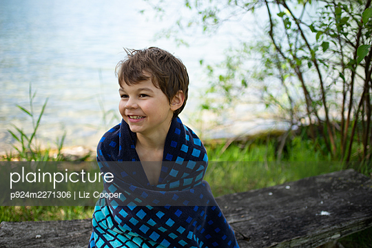Canada, Ontario, Boy (6-7) wrapped in towel - p924m2271306 by Liz Cooper