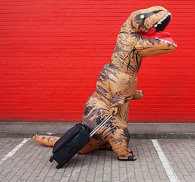 Dinosaurier mit Ziehkoffer - p045m2013577 von Jasmin Sander