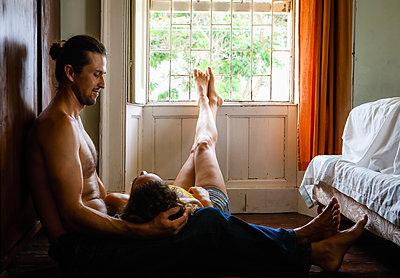 Kuscheln im Schlafzimmer - p045m2125891 von Jasmin Sander