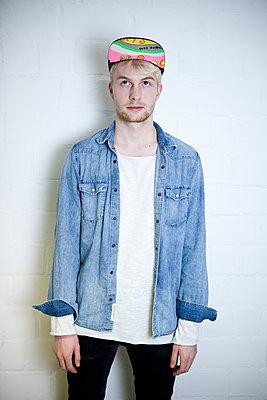 Junger Mann mit Jeanshemd - p1195m1540252 von Kathrin Brunnhofer