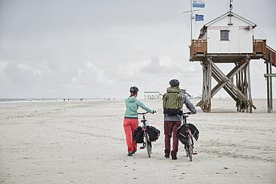 Pärchen mit Trekking-Bikes in Sankt Peter-Ording und am Westerhever Leuchtturm - p300m1416726 von Roger Richter