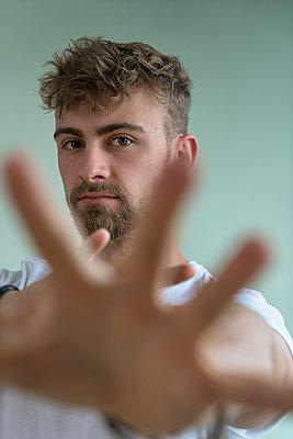 Junger Mann, Defensive attitude - p427m2093170 by Ralf Mohr