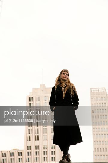 Junge Frau auf der Treppe - p1212m1138509 von harry + lidy