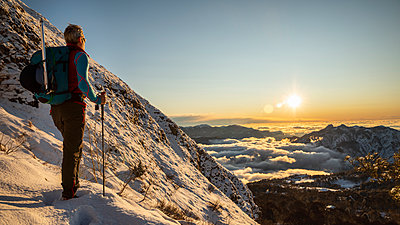 Mountaineer on the mountainside during sunrise, Orobie Alps, Lecco, Italy - p300m2160607 von 27exp