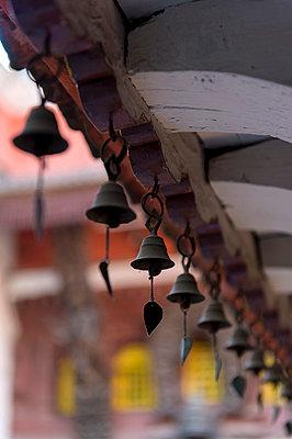 Glocken am Dachbalken - p949m948604 von Frauke Schumann