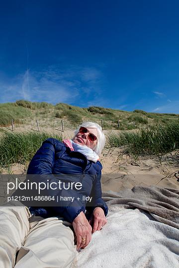 Seniorin am Strand - p1212m1486864 von harry + lidy