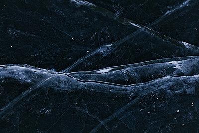 Luftblasen im Eis des Landwehrkanals, Neukoelln - p627m1035776 von Hendrik Schirmann