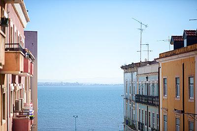 Ocean view in Lissabon - p795m1532015 by JanJasperKlein