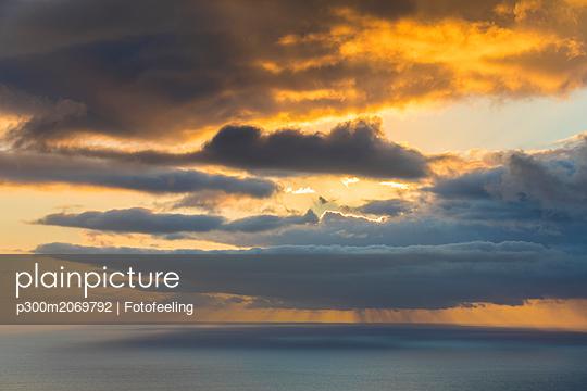 Reunion, West Coast, Saint-Leu, Sunset over sea - p300m2069792 by Fotofeeling