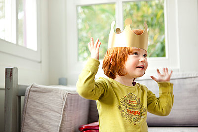 Toddler wearing crown - p1156m960633 by miep