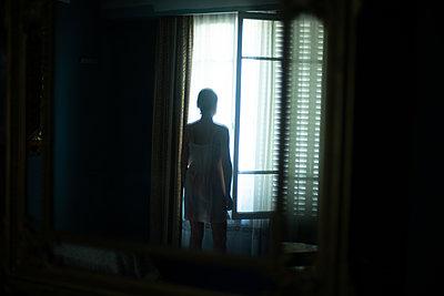 Frau vor einem Fenster - p1321m2178532 von Gordon Spooner