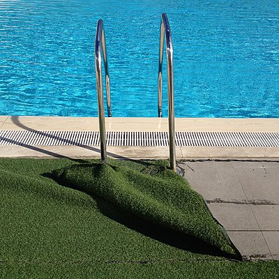 Schwimmbad mit Badeleiter - p1401m2254531 von Jens Goldbeck