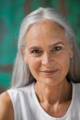 Portrait of a beautiful senior woman - p300m1535218 by Steve Brookland