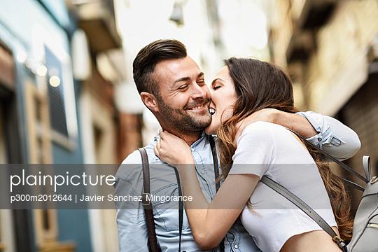 Affectionate happy tourist couple exploring the city - p300m2012644 von Javier Sánchez Mingorance