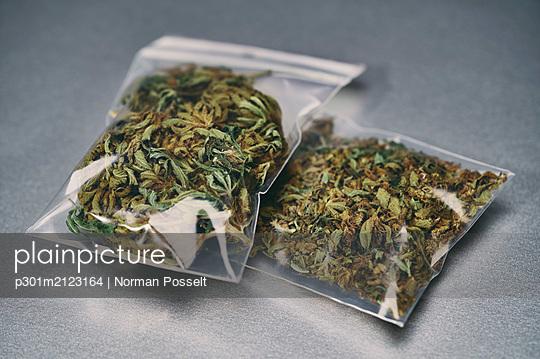Marijuana in small plastic bags - p301m2123164 by Norman Posselt