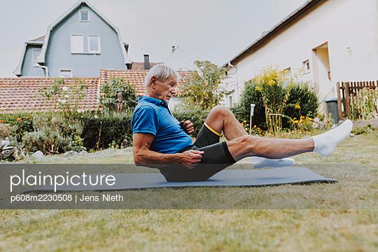 Elderly man trains his abdomens - p608m2230508 by Jens Nieth