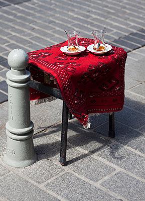 Teegedeck auf der Straße - p045m1486980 von Jasmin Sander