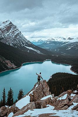 Junger Mann am  Peyto Lake in Kanada - p1455m2092357 von Ingmar Wein