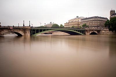 A Parisian bridge during the flood - p589m1152645 by Thierry Beauvir