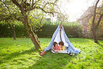 Kinder in selbstgebauten Zelt - p1156m960680 von miep