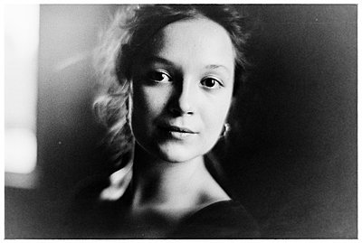 Young woman, portrait - p1616m2187763 by Just - Schmidt