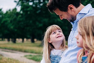 Family having fun at the park. London, England. - p300m2298861 von Angel Santana Garcia