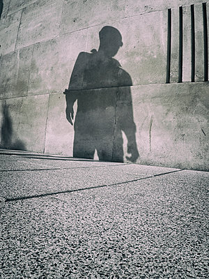 Shadow of scary man on concrete wall - p597m1589503 by Tim Robinson