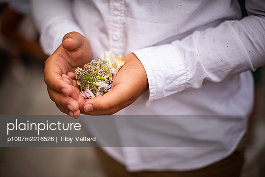Boy holding flowers in hand - p1007m2216526 by Tilby Vattard